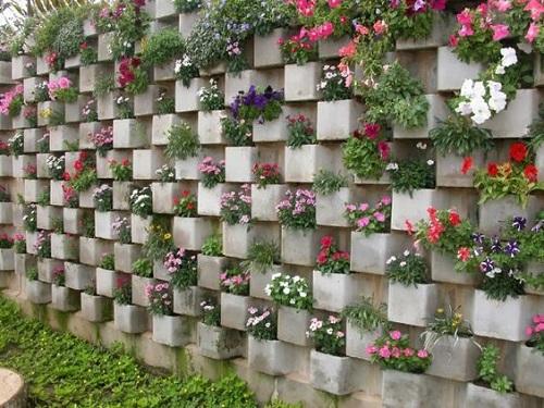 jardín vertical en bloques de hormigón
